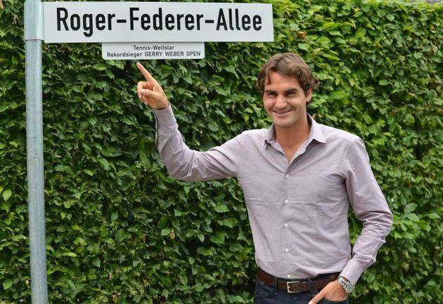 Одна из улиц, ведущих к теннисному стадиону, на котором проводится турнир в Галле, отныне носит имя пятикратного чемпиона - Аллея Роджера ФЕДЕРЕРА. Фото AFP