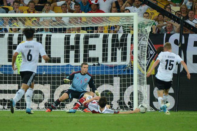 Воскресенье. Львов. Дания - Германия - 1:2. 80-я минута. Ларс БЕНДЕР забивает победный мяч. Фото AFP