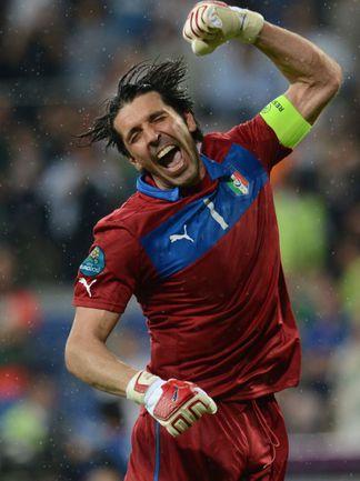 Понедельник. Познань. Италия - Ирландия - 2:0. Только что Джанлуиджи БУФФОН узнал, как закончился матч Хорватия - Испания. Фото AFP