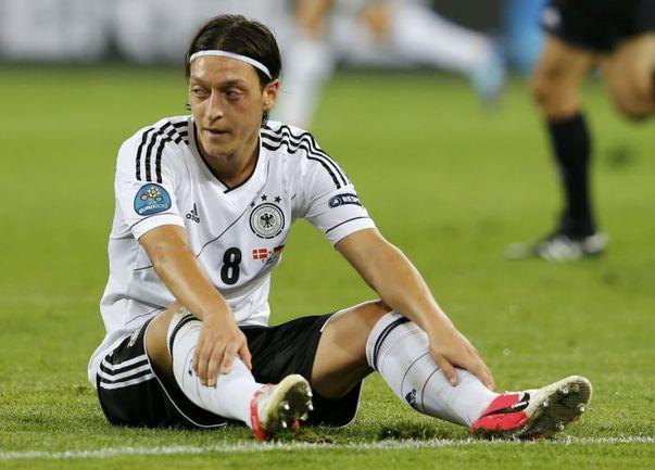 Месут ЕЗИЛ пока не знает горечи поражений на Euro-2012. Совсем не исключено, что и не узнает. Фото REUTERS