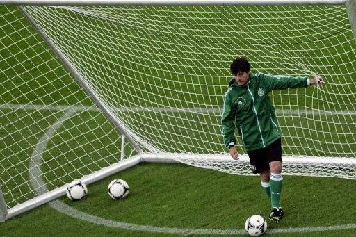 Четверг. Гданьск. Тренировка сборной Германии. Йоахим ЛЕВ. Фото AFP