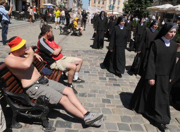 Главная площадь Львова за несколько часов до начала матча Дания - Германия. Фото AFP