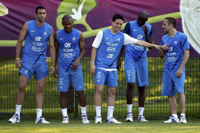 В нынешней сборной Франции лишь три футболиста участвовали в ЧМ-2006: Флоран МАЛУДА (второй слева), Алу ДИАРРА (второй справа) и Франк РИБЕРИ (справа). Фото REUTERS