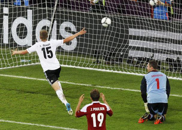 17 июня. Львов. Дания - Германия - 1:2. 80-я минута. Ларс БЕНДЕР забивает победный мяч и приносит немцам 13-ю подряд победу на чемпионатах Европы. Фото Reuters