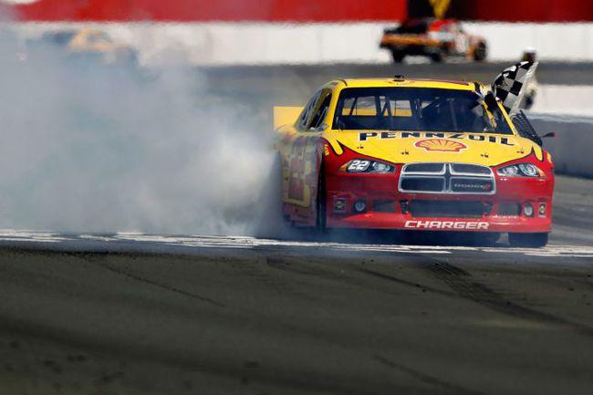 """Последнюю гонку в Сономе выиграл Курт Буш - главный грубиян NASCAR. Неудивительно: ведь говорят, что на этой узкой трассе """"не пнешь - не обгонишь"""". Фото - NASCAR. Фото """"СЭ"""""""