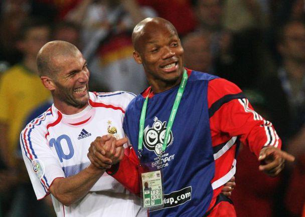 Бывший игрок сборной Франции Жан-Ален БУМСОНГ (справа) с Зинедином ЗИДАНОМ. Фото REUTERS