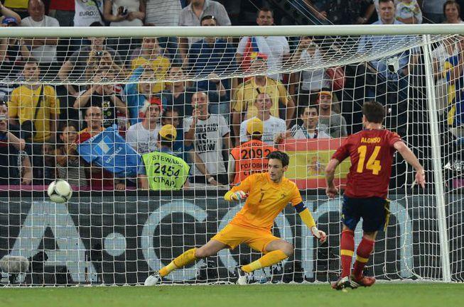 Суббота. Донецк. Испания - Франция - 2:0. 90+1-я минута. ХАБИ АЛОНСО реализует пенальти в ворота Юго ЛЛОРИСА - и ставит победную точку в матче. Фото AFP