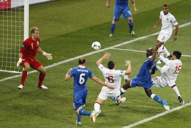Вчера. Киев. Англия - Италия - 0:0 (пен. - 2:4). Ни нападающему итальянцев Марио БАЛОТЕЛЛИ (третий справа), ни кому-либо другому так и не удалось забить в основное и дополнительное время матча. Фото REUTERS