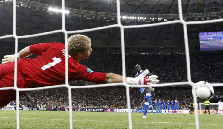 Вчера. Киев. Англия - Италия - 0:0 (пен. - 2:4). Марио БАЛОТЕЛЛИ открывает счет в серии пенальти. Фото REUTERS