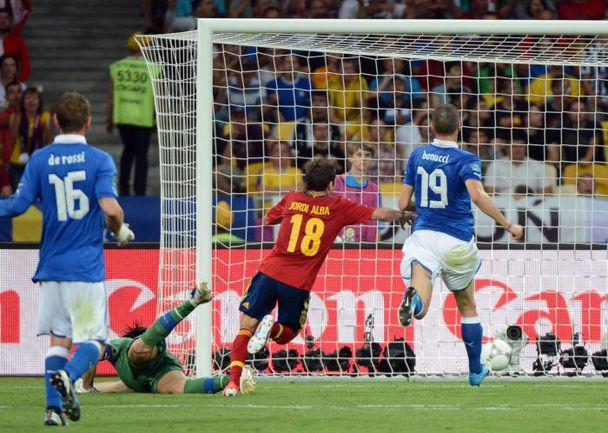 Воскресенье. Киев. Испания - Италия - 4:0. Гол Хорди АЛЬБЫ. Фото AFP