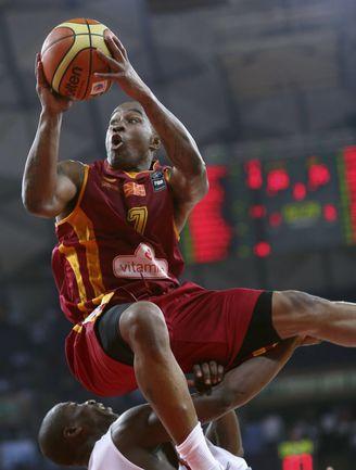 Выходя вчера на площадку, наши баскетболисты уже знали: в случае победы их следующим соперником становилась сборная Анголы и ее главная звезда Эдуарду МИНГАШ (198 см, 41 очко и 14 подборов в двух матчах), а в случае поражения - команда Македонии, которую в. Фото REUTERS