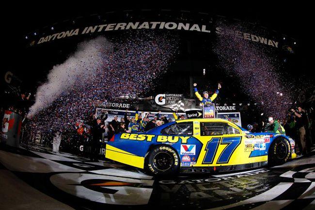 """Последнюю гонку в Дайтоне выиграл лидирующий сейчас в общем зачете турнира Мэтт КЕНСЕТ. Неудивительно, что он считается одним из главных претендентов на победу. Фото - NASCAR. Фото """"СЭ"""""""