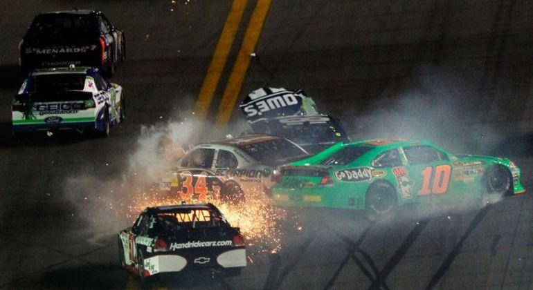"""Большие скорости, которые развивают машины на """"суперспидвеях"""" превращают зрелищные аварии в суперзрелищные. Фото - NASCAR. Фото """"СЭ"""""""