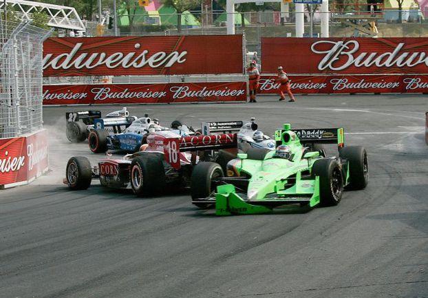 """Типичная ситуация, время от времени возникающая в третьем повороте трассы в Торонто. Фото - Indycar. Фото """"СЭ"""""""