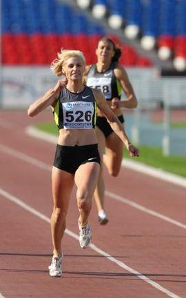 """Четверг. Чебоксары. Победный финиш Антонины КРИВОШАПКИ на 400 м. Есть лучший результат сезона в мире! Фото Александра КИСЕЛЕВА. Фото """"СЭ"""""""