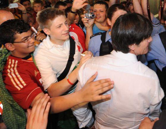 29 июня 2012 года. Франкфурт-на-Майне. Болельщики благодарят Йоахима ЛЕВА за игру сборной Германии, хотя она и не вышла в финал Euro. Фото AFP
