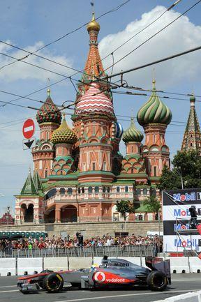 """Воскресенье. Москва. """"Макларен"""" Льюиса ХЭМИЛТОНА мчит вокруг Кремля. Фото """"СЭ"""""""