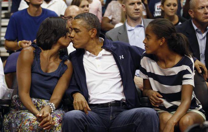 16 июля. Вашингтон. США - Бразилия - 80:69. Барак ОБАМА его супруга Мишель и дочь Малия. Фото REUTERS