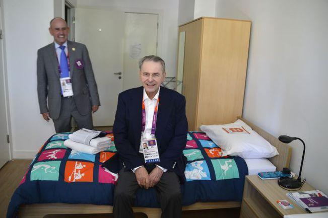 Президент МОК Жак РОГГЕ лично проверяет мягкость кроватей в Олимпийской деревне. Фото AFP