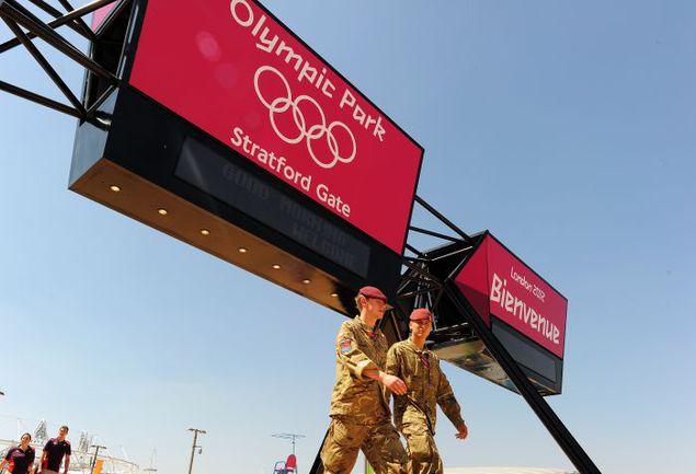 Вчера. Лондон. Двое из более чем 18 тысяч военнослужащих, обеспечивающих безопасность Игр, патрулируют окрестности Олимпийского стадиона. Фото AFP