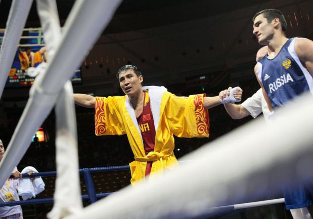 14 августа 2008 года. Пекин. ЧЖАНА СЯОПИНА (слева) объявляют победителем боя с Артуром БЕТЕРБИЕВЫМ. Фото AFP