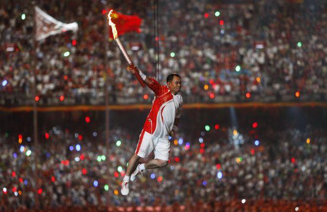 8 августа 2008 года. Пекин. 3-кратный олимпийский чемпион по спортивной гимнастике ЛИ НИН в полете перед зажжением огня на церемонии открытия Игр XXIX Олимпиады. Фото Reuters