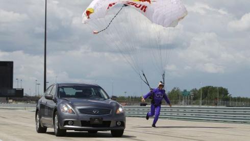 В соревновании парашютиста и автогонщика победила дружба