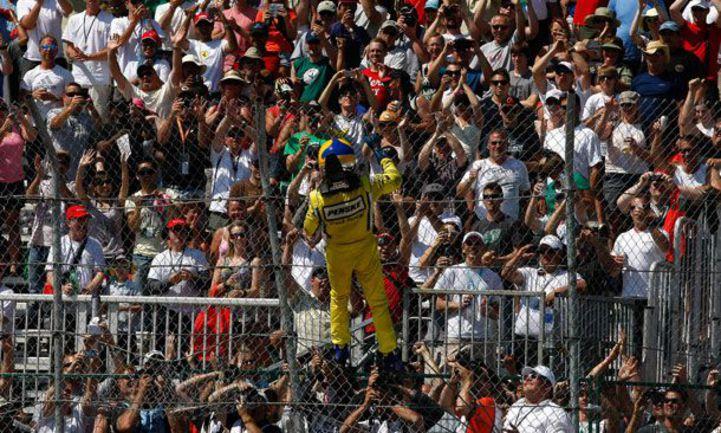 """Хелио КАСТРОНЕВЕШ, после каждой победы взбирающийся на заградительную сетку, сетку в Эдмонтоне опробовал впервые и пожаловался, что она слабовато натянута. Фото - Indycar. Фото """"СЭ"""""""