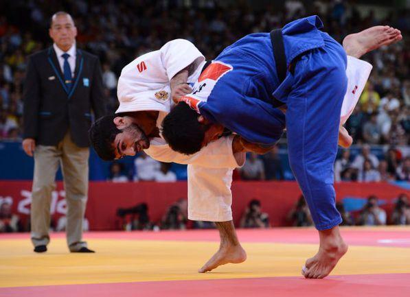 Суббота. Лондон. Арсен ГАЛСТЯН (в белом ) проводит победный бросок в финале против японца Хироаки ХИРАОКИ. Фото AFP