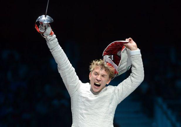 Воскресенье. Лондон. Николай КОВАЛЕВ радуется только что завоеванной бронзовой медали. Фото AFP