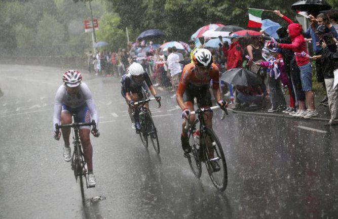 Вчера. Лондон. Будущий бронзовый призер групповой гонки Ольга ЗАБЕЛИНСКАЯ (слева) ведет борьбу в тройке лидеров. Фото AFP
