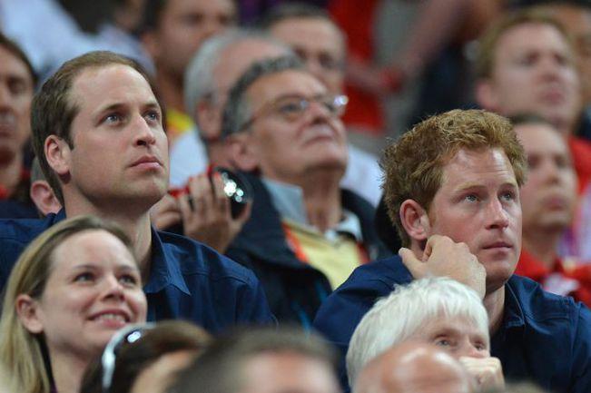 """Вчера. Лондон. Принцы УИЛЬЯМ (слева) и ГАРРИ во время состязаний гимнастов поддерживали своих соотечественников, сохраняя олимпийское спокойствие. Фото """"СЭ"""""""