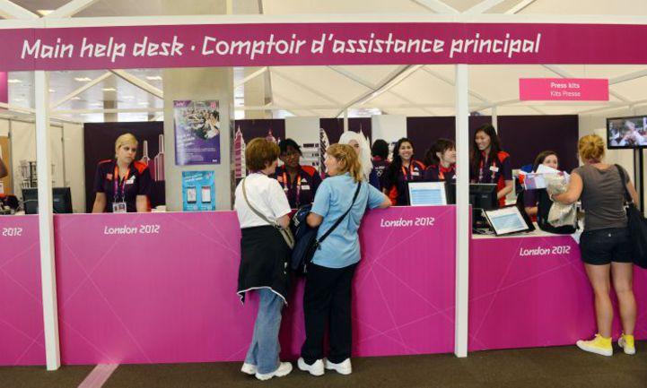 Лондон. Волонтеры помогают журналистам, работающим на Олимпиаде. Фото REUTERS