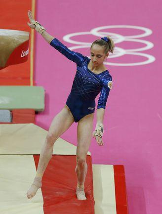 Вчера. Лондон. Эта ошибка Виктории КОМОВОЙ при приземлении в опорном прыжке стоила ей золота. Фото REUTERS