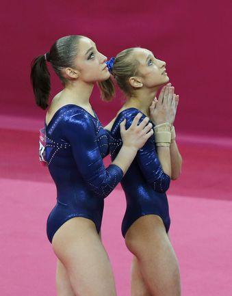 Вчера. Лондон. Алия МУСТАФИНА (слева) и Виктория КОМОВА ожидают окончательного решения судей. Фото REUTERS