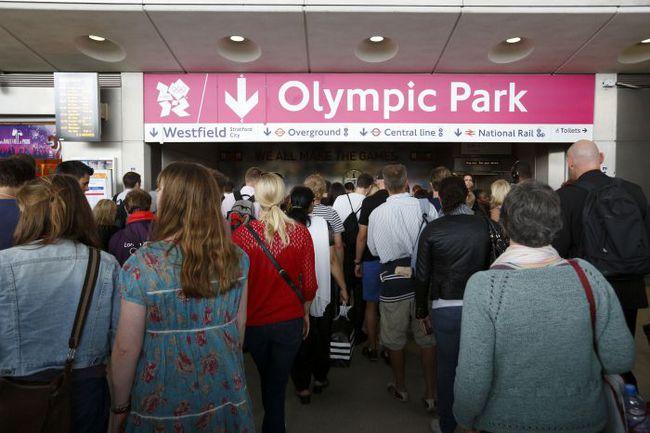 Сегодня. Лондон. Болельщики и журналисты спешат в Олимпийский парк. Фото AFP