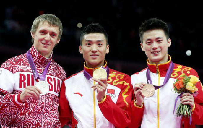 Пятница. Лондон. Дмитрий УШАКОВ (слева) и лондонский - ДУН ДУН (в центре) - и пекинский - ЛЮ ЧЮНЬЛУН - олимпийские чемпионы. Фото AFP