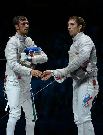 Пятница. Лондон. Рукопожатие Алексея ЯКИМЕНКО (справа) и итальянца Луиджи САМЕЛЕ. Фото AFP