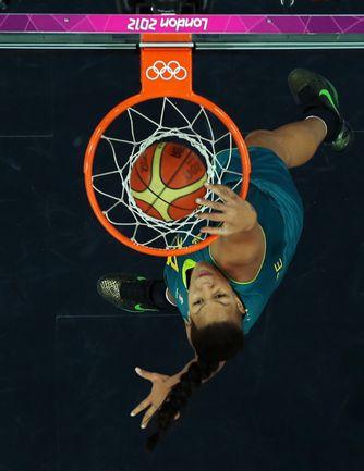 Вчера. Лондон. Россия - Австралия - 66:70. Бросок Лиз КЭМБЭЙДЖ, который навсегда останется в истории как первый олимпийский женский слэм-данк. Фото REUTERS