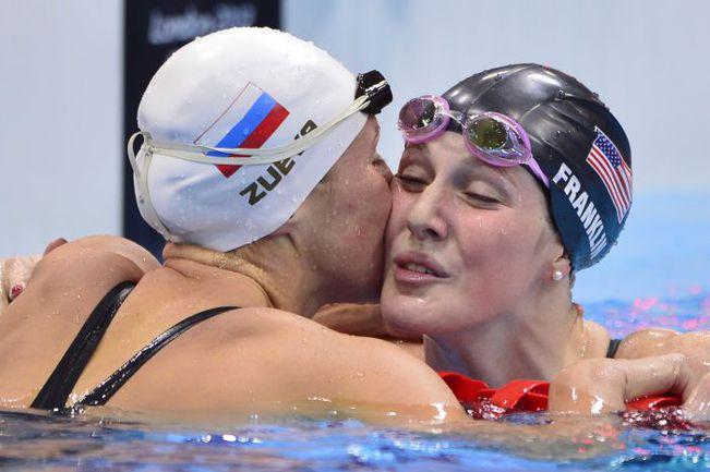 Пятница. Лондон. Вице-чемпионка Игр Анастасия ЗУЕВА (слева) поздравляет победительницу Мисси ФРАНКЛИН. Фото AFP