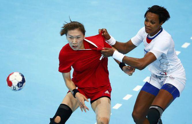 3 августа. Лондон. Корея - Франция - 21:24. 22-летняя РЮ ЫН ХИ (слева) - новый лидер атак корейской сборной. Фото REUTERS