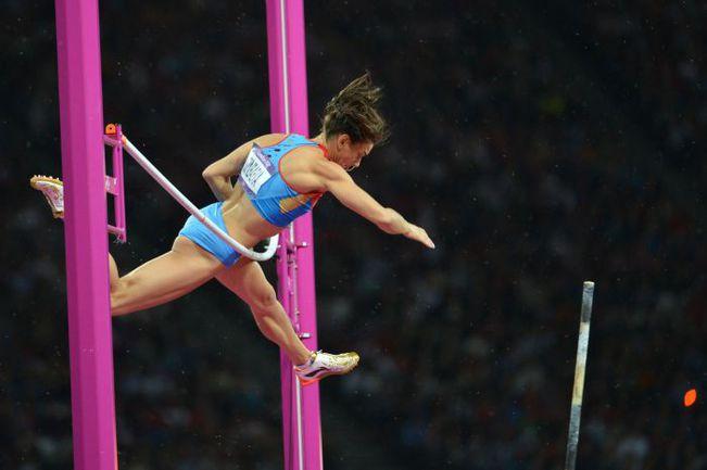 Понедельник. Лондон. Елена ИСИНБАЕВА сбивает планку, установленную на высоте 4,80 метра, и занимает только третье место. Фото AFP