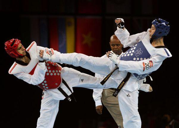 Вчера. Лондон. Алексей ДЕНИСЕНКО (справа) против Сафана ХАЛИЛЕМА. Фото AFP