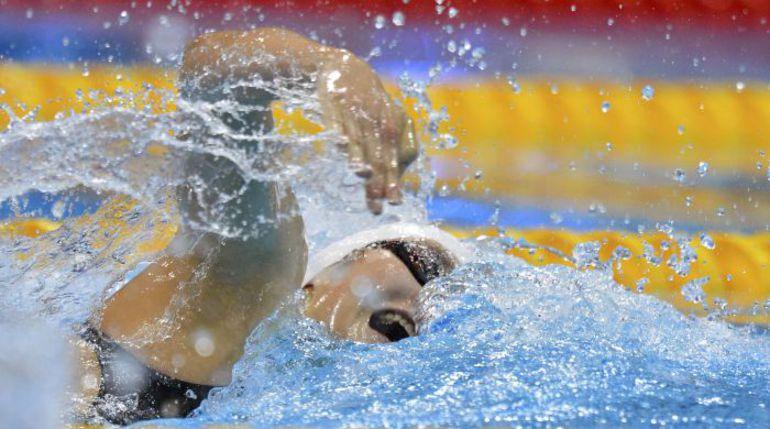 """Смогла ли бы 16-летняя китайская сенсация Йе ШИВЕНЬ конкурировать с олимпийским чемпионом в мужском """"комплексе"""" Райаном Лохте на соседних дорожках - большой вопрос. Фото REUTERS"""