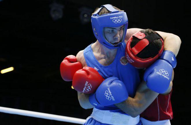 8 августа. Лондон. Егор МЕХОНЦЕВ (в синем) побеждает Эльшода РАСУЛОВА. Фото AFP