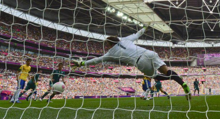 Суббота. Лондон. Бразилия - Мексика - 1:2. 75-я минута. В ворота голкипера бразильцев ГАБРИЭЛА влетает второй мяч Орибе ПЕРАЛЬТЫ, который принес Мексике золото Олимпиады. Фото AFP