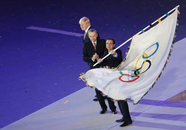 Воскресенье. Лондон. Церемония закрытия Игр-2012. Только что мэр Рио-де-Жанейро Эдуарду ПАЕС получил олимпийский флаг из рук президента МОК Жака РОГГЕ (в центре) и своего лондонского коллеги Бориса ДЖОНСОНА. Фото REUTERS