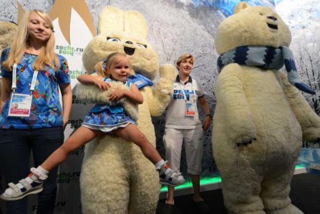 Чем ближе было окончание лондонских Игр, тем больше народу наблюдалось у входа в Sochi.Park. Талисманы сочинской Олимпиады были готовы уже сейчас забрать с собой в Россию подрастающих болельщиков. Фото AFP