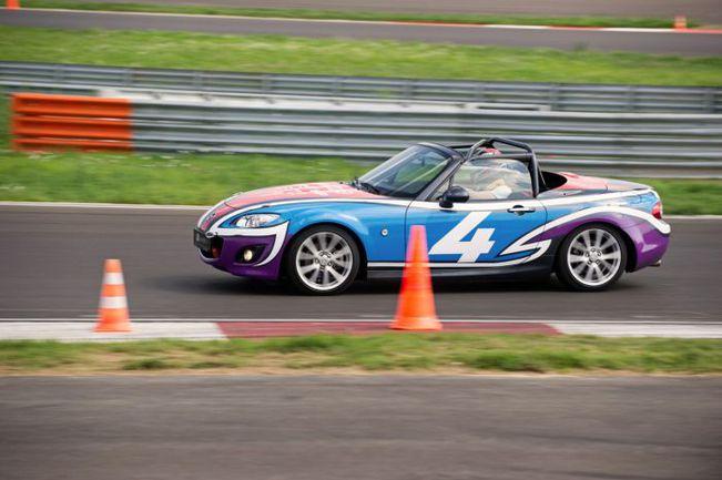 """Наряду с серийными MX-5 в турнире принимают участие и MX-5 Aori - облегченные машины с каркасом безопасности и спортивной подвеской. Фото - Mazda. Фото """"СЭ"""""""