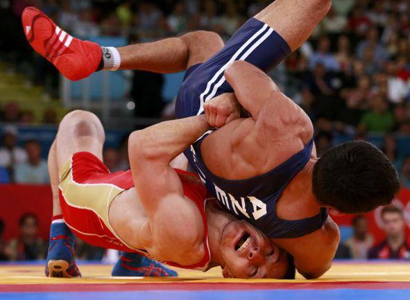6 августа. Лондон. Заур КУРАМАГОМЕДОВ (слева) побеждает Хасана АЛИЕВА в поединке за бронзу. Фото REUTERS